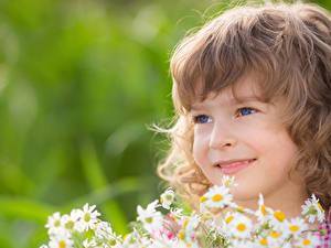 Bilder Kleine Mädchen Lächeln Starren Dunkelbraun Gesicht