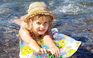 Fotos Kleine Mädchen Schwimmen Der Hut Starren