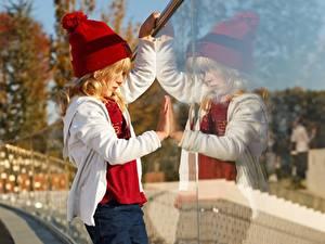 Fotos Kleine Mädchen Mütze Spiegelung Spiegelbild Glas