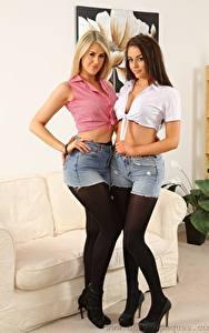Fotos Lola A Jayne M Couch 2 Blond Mädchen Braune Haare Shorts Rock Bein Stöckelschuh Strumpfhose junge frau