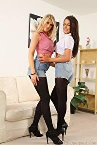 Hintergrundbilder Lola A Jayne M Sofa 2 Blond Mädchen Braune Haare Lächeln Shorts Rock Bein High Heels Strumpfhose junge frau