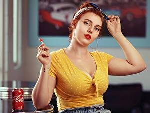 Bilder Dauerlutscher Coca-Cola Rotschopf Bluse Dekolletee Einweckglas Starren Jessica junge frau