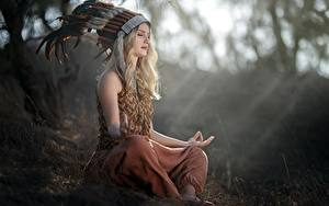 Fotos Lotussitz Federn Federhaube Blondine Sitzen Unscharfer Hintergrund Vicky