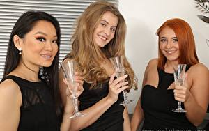 Hintergrundbilder Louisa Lu Lucy Ava Robyn J Drei 3 Brünette Rotschopf Dunkelbraun Starren Lächeln Hand Weinglas