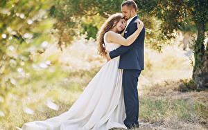 Bilder Liebe 2 Braune Haare Brautpaar Bräutigam Umarmung Kleid