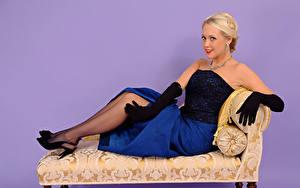 Fotos Lucy Anne Brooks Farbigen hintergrund Blond Mädchen Lächeln Sessel Sitzend Kleid Handschuh Mädchens