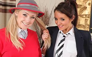 Fotos Lucy Anne Brooks Sarah-Jayne Jessop 2 Blondine Braune Haare Starren Lächeln Hand Krawatte Mädchens