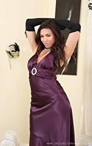Fotos Maddie M Braunhaarige Starren Hand Kleid