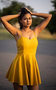 Hintergrundbilder Unscharfer Hintergrund Brünette Starren Hand Kleid Maggie junge Frauen