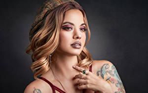 Hintergrundbilder Schminke Barett Hand Piercing Tätowierung Starren junge frau