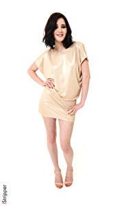 Hintergrundbilder Malena Fendi iStripper Weißer hintergrund Brünette Kleid Hand Bein High Heels Mädchens
