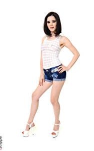 Hintergrundbilder Malena Fendi iStripper Weißer hintergrund Pose Brünette Hand Shorts Bein Stöckelschuh