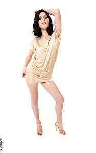 Fotos Malena Fendi iStripper Weißer hintergrund Pose Kleid Brünette Hand Bein Stöckelschuh