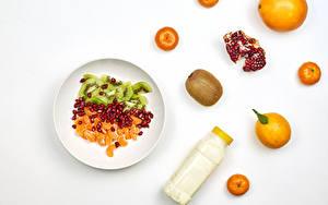 Bilder Mandarine Apfelsine Chinesische Stachelbeere Granatapfel Salat Weißer hintergrund Teller Flaschen das Essen