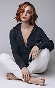 Fotos Model Rotschopf Sitzt Hemd Blick Maria Mädchens