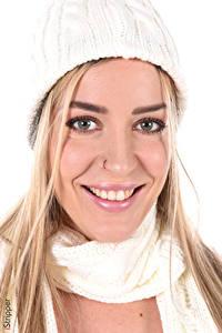 Fotos Marica Chanelle iStripper Weißer hintergrund Blondine Blick Lächeln Schminke Mütze