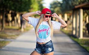 Fotos Posiert Unscharfer Hintergrund Shorts T-Shirt Baseballcap Hand Brille Blond Mädchen Marina Mädchens