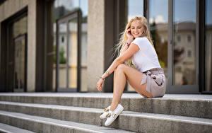 Fotos Blond Mädchen Lächeln Sitzen Bein Treppen Marissa Mädchens