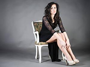 Hintergrundbilder Stuhl Sitzt Kleid Bein Brünette Blick Martina Mädchens