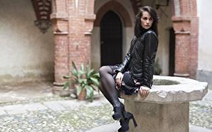 Bilder Seitlich Brünette Sitzen Jacke Bein Stöckelschuh Strumpfhose Martina junge Frauen