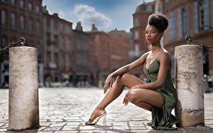 Bilder Neger Pose Sitzt Bein Kleid Blick Mary