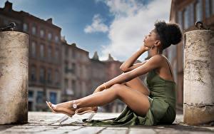 Hintergrundbilder Neger Sitzen Bein Kleid Mary junge frau
