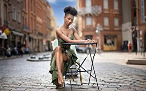 Fotos Neger Sitzt Pose Kleid Blick Bokeh Mary
