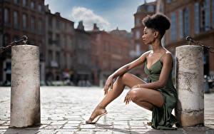 Hintergrundbilder Pose Sitzt Bein Kleid Neger Mary