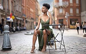 Hintergrundbilder Sitzend Pose Kleid Bein Neger Unscharfer Hintergrund Mary junge frau