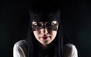 Fotos Maske Schwarzer Hintergrund Brünette Blick Gesicht Mädchens