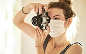 Fotos Masken Coronavirus Braune Haare Hand Fotoapparat Photograph Canon