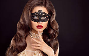 Fotos Maske Finger Schmuck Schwarzer Hintergrund Braune Haare Haar Rote Lippen Mädchens