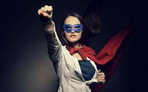Hintergrundbilder Masken Gestik die Faust Brünette Hand junge frau