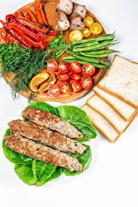 Bilder Fleischwaren Brot Gemüse Dill Paprika Tomaten Weißer hintergrund Schneidebrett Kebab Lebensmittel
