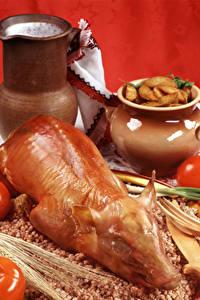 Fotos Fleischwaren Milch Tomaten Kartoffel Buchweizen Schweinefleisch Kanne Roter Hintergrund