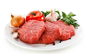 Fotos Fleischwaren Zwiebel Tomate Knoblauch Schwarzer Pfeffer Weißer hintergrund Teller Beef