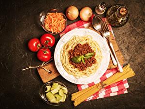 Hintergrundbilder Fleischwaren Zwiebel Tomate Teller Makkaroni Löffel Gabel