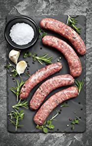 Fotos Fleischwaren Wurst Knoblauch Schwarzer Pfeffer Schneidebrett Salz