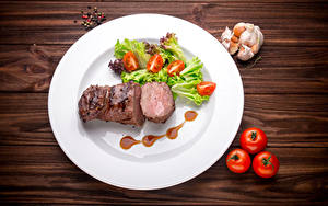 Photo Meat products Vegetables Tomatoes Allium sativum Black pepper Boards Plate Food