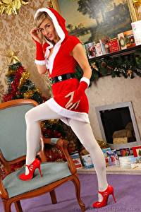 Fotos Melanie walsh Neujahr Uniform Stühle Lächeln Hand Bein High Heels junge frau