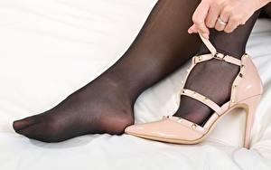 Tapety na pulpit Melisa Mendiny Zbliżenie Nogi Ręce Buty na obcasie Rajstopy dziewczyna
