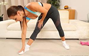 Hintergrundbilder Melisa Mendiny Fitness Braune Haare Posiert Hand Bein junge frau