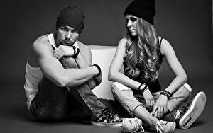 Hintergrundbilder Mann Schwarzweiss Zwei Mütze Sitzen Bein junge Frauen