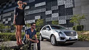 Bilder Mann Cadillac Brille 2 Kleid Sitzend Silber Farbe Crossover Blond Mädchen XT5, EU-spec, 2016 automobil Mädchens