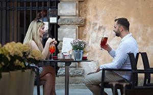 Bilder Mann Café 2 Blondine Sitzen Tisch Mädchens