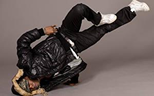 Fotos Mann Farbigen hintergrund Neger Tanzen Jacke Bein
