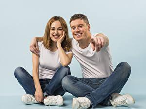 Hintergrundbilder Mann Gestik 2 Zwei Lächeln Starren Sitzt Sitzend Junge frau Mädchens