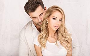 Fotos Mann Paare in der Liebe Blondine Zwei Frisur junge Frauen