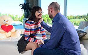 Hintergrundbilder Mann Paare in der Liebe Sofa 2 Brille Sitzen Auf ein datum date Mädchens