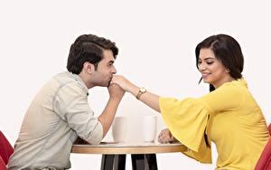 Fonds d'écran Homme Couples dans l'amour 2 S'asseyant Baiser Sourire indian Filles
